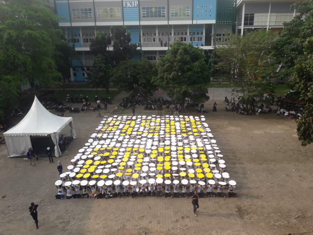 Mosaik yang dibuat oleh mahasiswa baru FISIB Unpak 2019, di depan Gedung FMIPA, Sabtu (7/9/19).