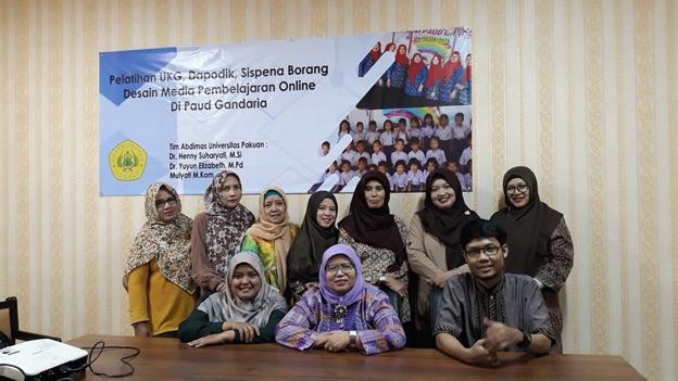 Tim Abdimas Univrersitas Pakuan saat pelatihan literasi digital untuk guru Paud SPS Gandaria