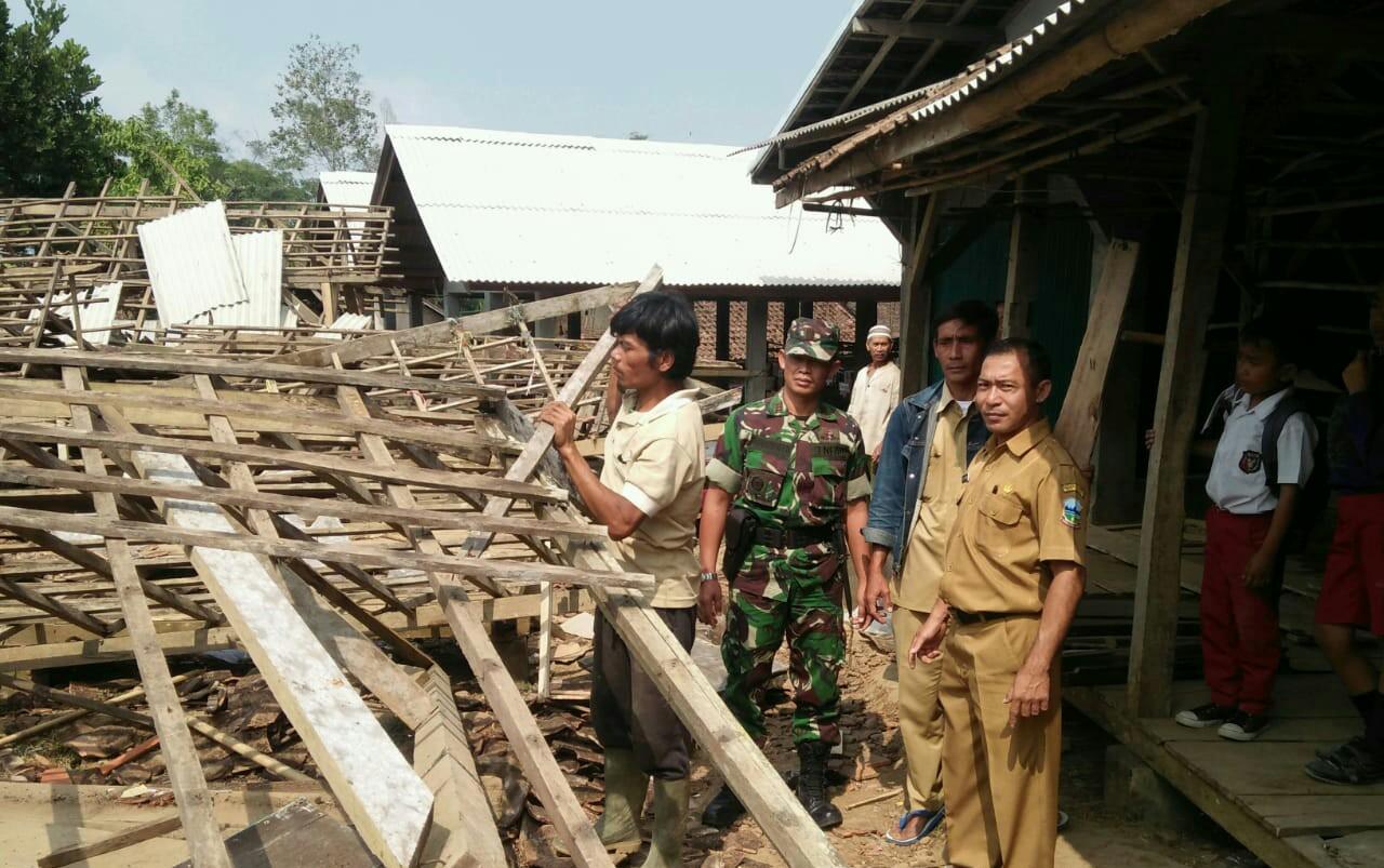 Danramil 1123/ Cisewu mendatangi pasar desa Sukajaya Cisewu yang Ambruk, Senin(16/9/19)
