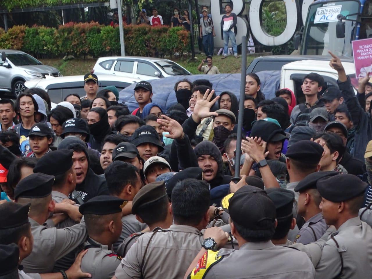 Bentrokan antara Mahasiswa Aksi dengan Kepolisian, Jum'at (20/9/19).