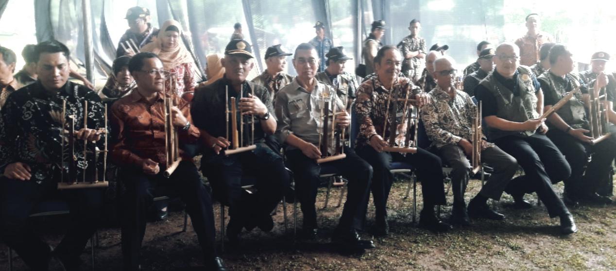 Permainan angklung dalam penutupan PPBN Universitas Pakuan Bogor, di Asrama Pusdikzi Kota Bogor, Kamis (5/9/19).