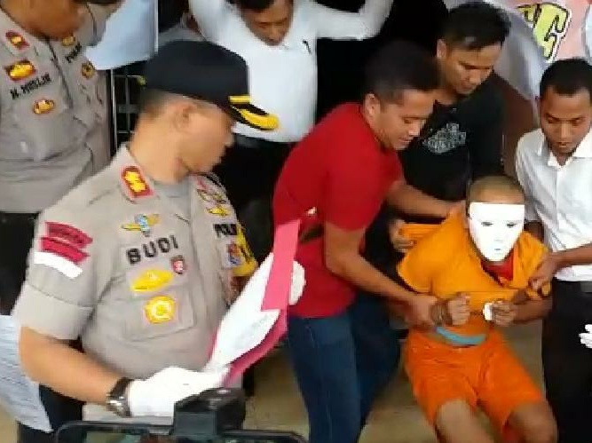 Pelaku pembunuhan nenek ditangkap oleh kepolisan, di Mapolres Garut, Jalan Sudirman, Kabupaten Garut, Jawa Barat, Senin (16/9/2019).