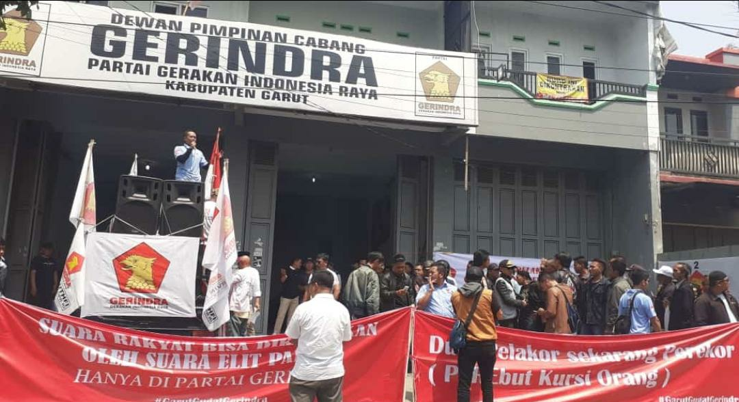 Relawan Ervin Luthfi Gelar Aksi Damai Depan DPC Gerindra Garut, Senin (23/9/19).