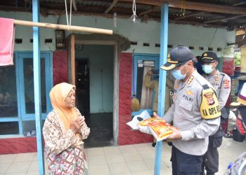 Kapolresta Cirebon Kombes Pol. M. Syahduddi S.I.K., M.Si., Berikan Bantuan Sembako Kepada Warga Terdampak Covid-19