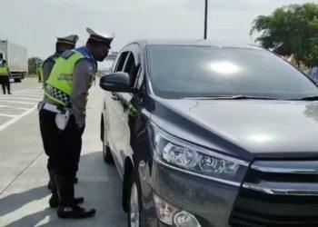 Polresta Cirebon Melakukan Penyekatan Kendaraan Dari Arah Jakarta Menuju Jawa Tengah Untuk Putar Balik Di Gerbang Tol Palimanan 2