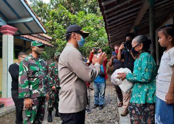 Kapolresta Cirebon Kombes Pol. M. Syahduddi Bersama Dandim 0620 SGJ Kabupaten Cirebon Letkol Arh. Adhi Kurniawan Memberikan Bantuan Paket Sembako Ke warga Terdampak Covid-19.