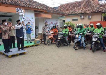 Wagub Jabar Melepaskan Ratusan Ojol Distribusikan Bansos kepada Masyarakat Cirebon yang Terdampak Covid-19