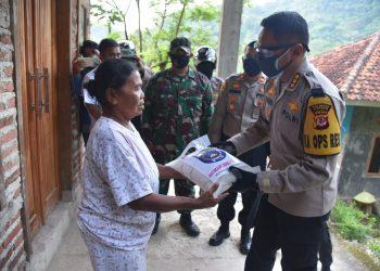 Kombes PolM.Syahduddi Memberikan Bantuan Paket Sembako Ke Warga Terdampak Covid-19 Di Desa Cipanas