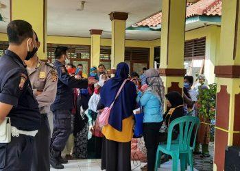 Pembagian Kartu Keluarga Sejahtera BPNT Di Kecamatan Talun Mengabaikan Protokol Kesehatan