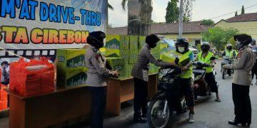 Pembagian Paket Sembako Ala Drive Thru Untuk Tukang Ojeg Dan Tukang Becak Di Mapolresta Cirebon.