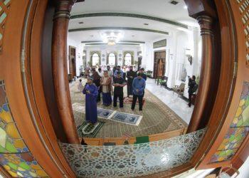 Keluarga Wali Kota Bandung, Oded M.Danial melaksanakan salat Idulfitri 1411 H di rumah dinas, Pendopo Kota Bandung, Jln. Dalem Kaum, Minggu (24/5/2020). (foto : Humas Kota Bandung).
