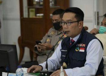 *Caption:* Gubernur Jawa Barat Ridwan Kamil saat telekonferensi bersama pengurus Muhammadiyah Jabar dari Gedung Pakuan, Kota Bandung, Jumat (12/6/20) sore. (Foto: Rizal/Humas Jabar).