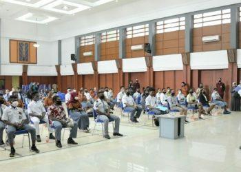 Ridwan Kamil Tinjau Swab Test bagi 90 Pelajar Papua yang Akan Pulang Kampung.