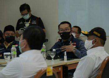 Ketua Gugus Tugas Percepatan Penanggulangan COVID-19 Jabar Ridwan Kamil saat menyambut Menteri PMK RI dan Menteri Kesehatan RI di RSUP Dr. Hasan Sadikin, Sabtu (20/6/20). (Foto: Yana/Humas Jabar).