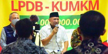 *Caption*: Sekretaris Daerah Provinsi Jabar Setiawan Wangsaatmaja mendampingi kunjungan kerja Menteri Koperasi dan UKM RI Teten Masduki, dalam rangka Peninjauan Proses Bisnis Usaha Simpan Pinjam serta Penyerahan Persetujuan Pembiayaan Dana Bergulir LPDB-KUMKM, di Koperasi Syariah bmt itQan, Jalan Padasuka Atas No160, Pasirlayung, Kecamatan Cibeunying Kidul, Kota Bandung, Sabtu (20/6/20). (Foto: Dudi/Humas Jabar)