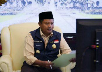*Caption:* Wakil Gubernur Jawa Barat (Jabar) Uu Ruzhanul Ulum saat melakukan video conference dengan Persatuan Gereja Indonesia Wilayah (PGIW) Jabar di Gedung Sate, Kota Bandung, Rabu (8/7/20).  (Foto: Yana/Humas Jabar).