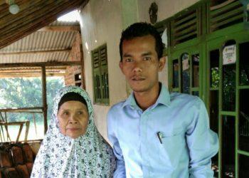 Kepala Desa Leuwisadeng, Kecamatan Leuwisadeng, Kabupaten Bogor Rohim Hidayatullah ikut bagikan BLT.