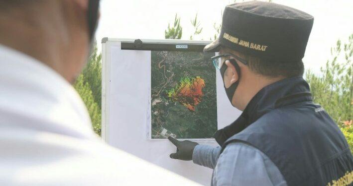 Gubernur Jawa Barat Ridwan Kamil saat meninjau lahan bekas pertambangan pasir silika milik PT Solusi Bangun Indonesia (SBI) di Desa Sekarwangi, Cibadak, Kabupaten Sukabumi, Jumat (24/7/20).