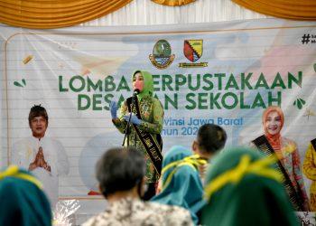Bunda Literasi Jabar Atalia Ridwan Kamil meninjau Lomba Perpustakaan Umum Desa/Kelurahan Tingkat Provinsi di Perpustakaan Mutiara Ilmu Desa Ciparay, Kabupaten Bandung, Kamis (2/7/2020). (Foto: Yogi P/Humas Jabar)