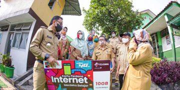 Wali Kota Bogor Bima Arya, secara langsung mengunjungi tempat tinggal salah satu pelajar didampingi Kepala Diskominfo Kota Bogor dan Sekretaris Disdik Kota Bogor.